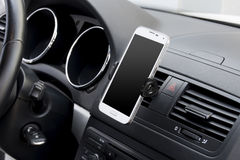 Smartphone στο αυτοκίνητο Στοκ φωτογραφία με δικαίωμα ελεύθερης χρήσης