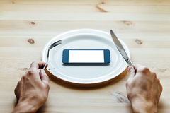 Smartphone στο κενό πιάτο Στοκ φωτογραφία με δικαίωμα ελεύθερης χρήσης