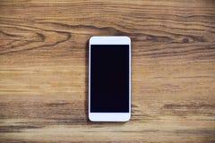 Smartphone στο ξύλινο υπόβαθρο χρησιμοποίηση της ταπετσαρίας για την εκπαίδευση, επιχειρησιακή φωτογραφία Σημειώστε το προϊόν για στοκ φωτογραφίες