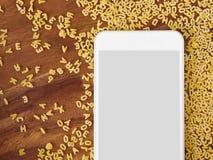 Smartphone στο ξύλο, νουντλς αλφάβητου, app, μαγείρεμα app Στοκ φωτογραφίες με δικαίωμα ελεύθερης χρήσης