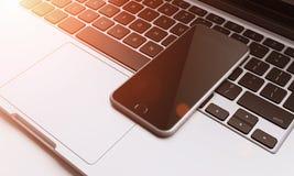 Smartphone στο πληκτρολόγιο lap-top στο γραφείο, επικοινωνία Στοκ Εικόνες