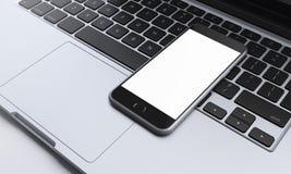 Smartphone στο πληκτρολόγιο lap-top στο γραφείο, επικοινωνία Στοκ φωτογραφία με δικαίωμα ελεύθερης χρήσης