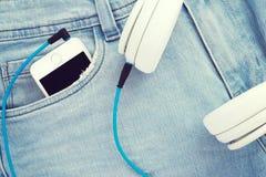 Smartphone στο τζιν παντελόνι Στοκ Εικόνα