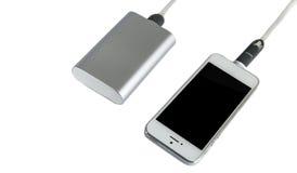 Smartphone χρέωσης με το γκρίζο φορητό εξωτερικό ρόπαλο τραπεζών δύναμης στοκ εικόνες