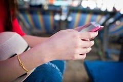 Smartphone χρήσης Στοκ Φωτογραφίες
