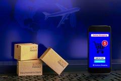 Smartphone бежит онлайн ходя по магазинам app с картонными коробками на n стоковые изображения rf