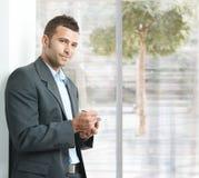 smartphone бизнесмена используя Стоковые Изображения RF
