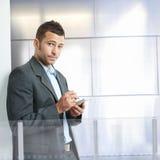 smartphone бизнесмена используя Стоковая Фотография RF