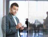 smartphone бизнесмена используя Стоковое Фото