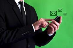 smartphone бизнесмена используя Стоковые Изображения