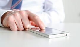 smartphone бизнесмена используя Стоковые Фотографии RF