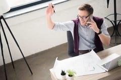smartphone бизнесмена используя Стоковое Изображение