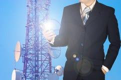 Smartphone бизнесмена работая, с te голубого неба двойной экспозиции Стоковые Фотографии RF