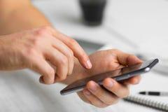 Smartphone битника человека в кафе руки телефона экрана касания умные закрывают вверх, винтажных цветах Стоковое Изображение RF
