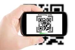 Smartphone в Коде скеннирования руки стоковая фотография rf