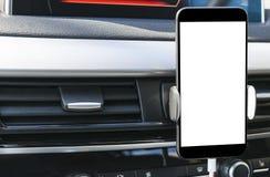 Smartphone в пользе автомобиля для Navigate или GPS Управлять автомобилем с Smartphone в держателе Мобильный телефон с изолирован Стоковое фото RF