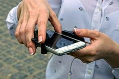 Smartphone в руках девушки прикреплен к monopod Стоковые Фото