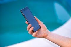 smartphone используя женщину стоковое фото rf