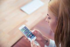 smartphone используя женщину Стоковые Фото