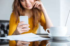smartphone используя женщину Стоковое Изображение RF