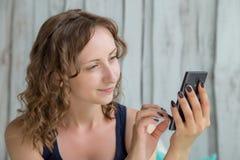 smartphone используя женщину Стоковые Изображения RF