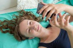 smartphone используя женщину Стоковое Фото