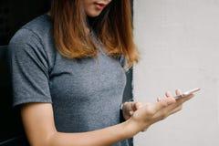 smartphone используя женщину Стоковая Фотография