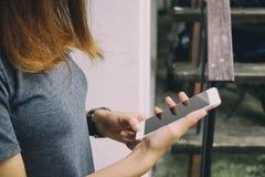 smartphone используя женщину Стоковые Фотографии RF