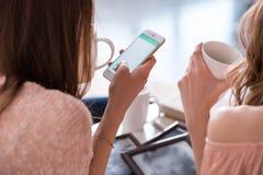smartphone используя женщин Стоковые Изображения RF