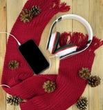 Smartphone и наушники Зима Работа, прогулка нот Современное te Стоковые Изображения