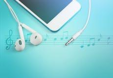 Smartphone и наушники на голубых примечаниях tablebwirh Стоковая Фотография RF