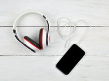 Smartphone и наушники на деревянной предпосылке Релаксация К Стоковые Фотографии RF