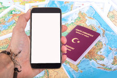 Smartphone и пасспорт на карте мира Стоковые Изображения