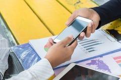 Smartphone касания бизнесмена Стоковое Изображение