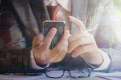 Smartphone касающего экрана бизнесмена стоковое фото