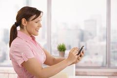 smartphone коммерсантки используя Стоковые Изображения