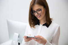 smartphone коммерсантки используя Стоковое Изображение RF