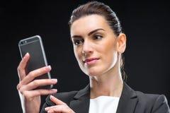smartphone коммерсантки используя Стоковое Изображение