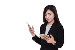 smartphone коммерсантки используя Стоковые Фото