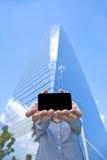 Smartphone коммерсантки экрана стоковые изображения rf