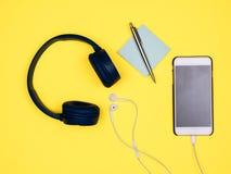 Smartphone, наушники, примечания и ручка стоковая фотография