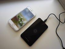 E Поручен смартфон если положено на поверхность станции r стоковая фотография rf