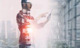 Smartphone пользы парня битника Мультимедиа Стоковое фото RF