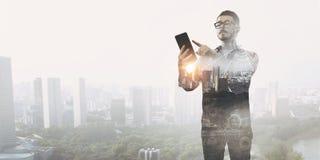 Smartphone пользы парня битника Мультимедиа Стоковое Изображение RF