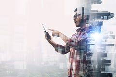 Smartphone пользы парня битника Мультимедиа Стоковые Фото