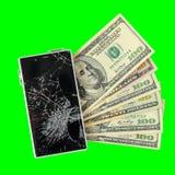 Smartphone при сломленный дисплей лежа на изолированных банкнотах денег Стоковые Изображения RF