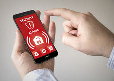 Smartphone сенсорного экрана с сигналом тревоги безопасностью на экране Стоковое фото RF