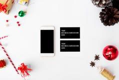 Smartphone, состав визитных карточек на время рождества конусы и украшения рождества на белой предпосылке Стоковые Фотографии RF