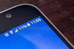 Smartphone с обязанностью батареи 11 процентов на экране Стоковое Фото