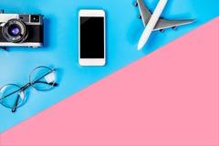 Smartphone с пустым экраном и перемещение возражают на сини и пинке Стоковая Фотография RF
